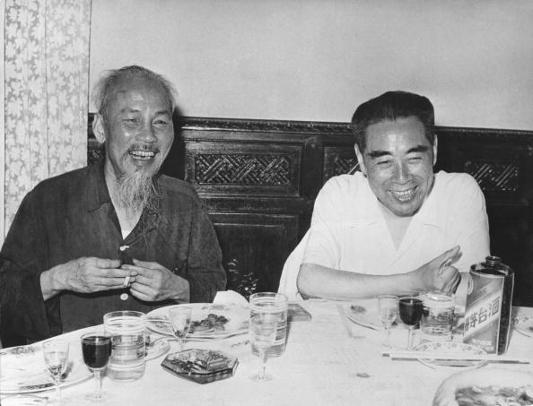 Chu tich Ho Chi Minh qua anh quoc te hinh anh 3 Bác Hồ tiếp đón Thủ tướng Trung Quốc Chu Ân Lai khi ông Chu đến thăm Hà Nội năm 1960.