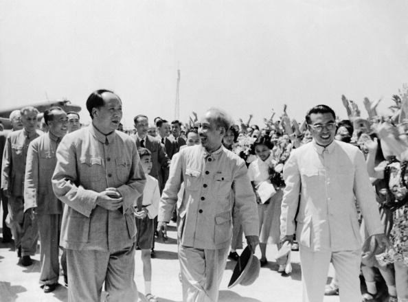 Chu tich Ho Chi Minh qua anh quoc te hinh anh 4 Chủ tịch Trung Quốc Mao Trạch Đông đón Chủ tịch Hồ Chí Minh tại sân bay ở Bắc Kinh vào ngày 25/6/1955.