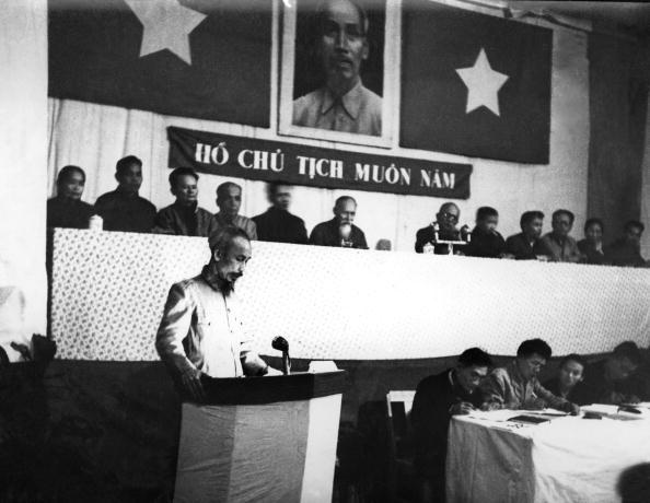Chu tich Ho Chi Minh qua anh quoc te hinh anh 2 Chủ tịch Trung Quốc Mao Trạch Đông và Chủ tịch Hồ Chí Minh tại một buổi tiệc sau cuộc họp ở Bắc Kinh vào tháng 6/1955.