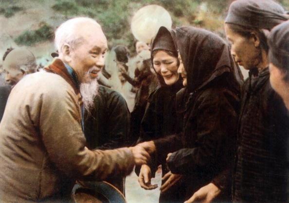 Chu tich Ho Chi Minh qua anh quoc te hinh anh 5 Bác Hồ thăm người dân ở Pác Bó, Cao Bằng, vào năm 1961.