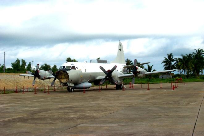 Nhung lan doi dau tren khong giua My va Trung Quoc hinh anh 1 Máy bay EP-3 của hải quân Mỹ hạ cánh khẩn cấp trên đảo Hải Nam của Trung Quốc năm 2001. Ảnh: Wikipedia