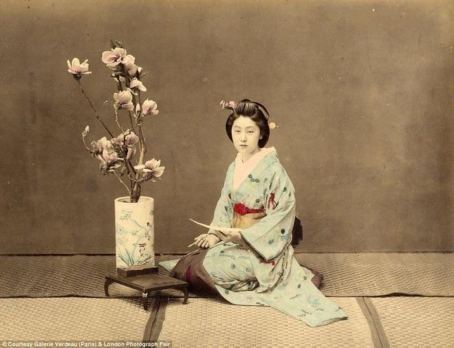 Anh mau hiem ve geisha va samurai Nhat Ban hinh anh 2 Một geisha trong giờ rảnh rỗi khi cô không phải tiếp khách. Chiến tranh kết thúc, ông Beato đến Trung Quốc, rồi đến Yokohama (Nhật Bản) vào năm 1863. Trong thời gian này, ông Beato đã thực hiện bộ ảnh đầu tiên hé lộ về cuộc sống của những geisha và những người dân khác.