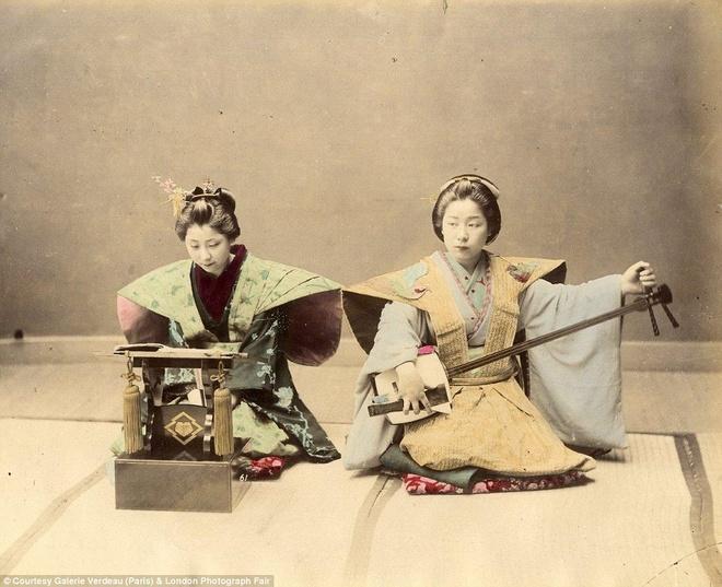 Anh mau hiem ve geisha va samurai Nhat Ban hinh anh 3  Hai geisha đang biểu diễn phục vụ khách. Beato chụp ảnh trắng đen, sau đó phủ màu bằng tay lên các bức ảnh. Đây là công đoạn tốn rất nhiều thời gian.
