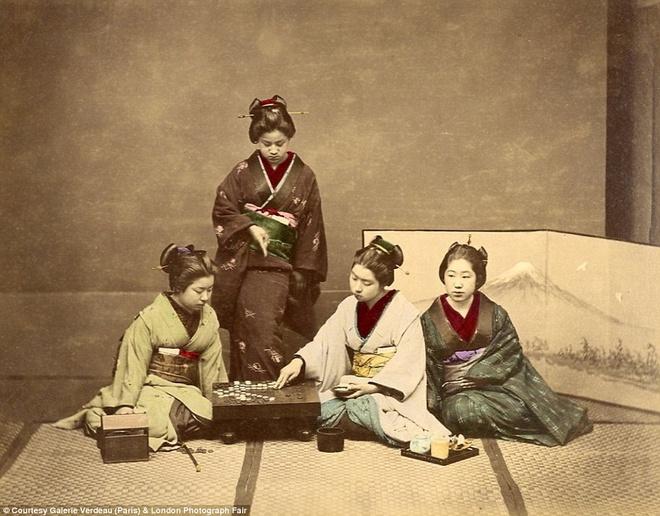 Anh mau hiem ve geisha va samurai Nhat Ban hinh anh 4 Một nhóm geisha đang chơi cờ những lúc không phải tiếp khách. Beato rời Nhật Bản vào năm 1877.