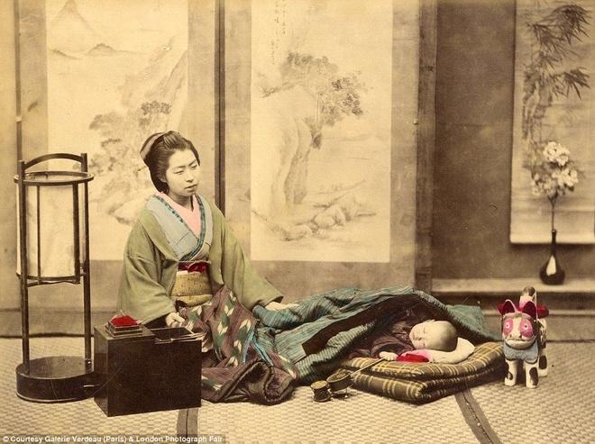 Anh mau hiem ve geisha va samurai Nhat Ban hinh anh 6 Một bà mẹ đang ru con ngủ.