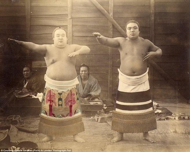 Anh mau hiem ve geisha va samurai Nhat Ban hinh anh 8 Các võ sĩ samurai trong buổi tập thể lực. Bộ ảnh về cuộc sống của người dân Nhật Bản trong thế kỷ 19 đang được triển lãm tại Anh từ cuối tuần này.