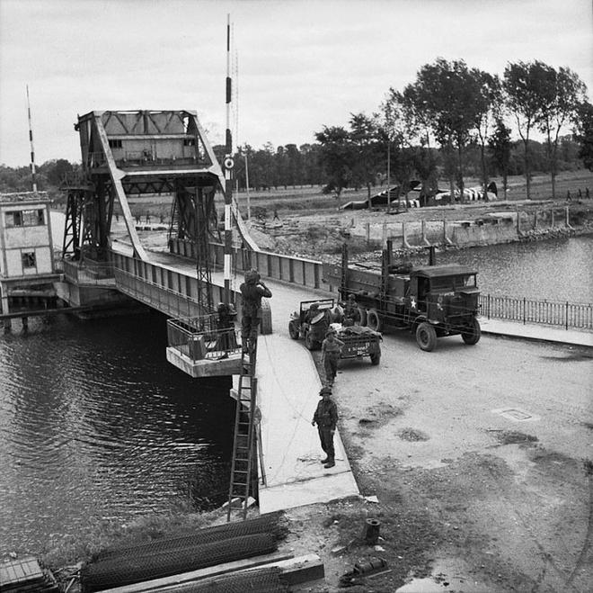 5 tran chien lich su co cuc dien thay doi vi ruou hinh anh 1 Quân đội Anh chiếm cây cầu mà lính Đức Quốc xã canh gác. Ảnh: BI