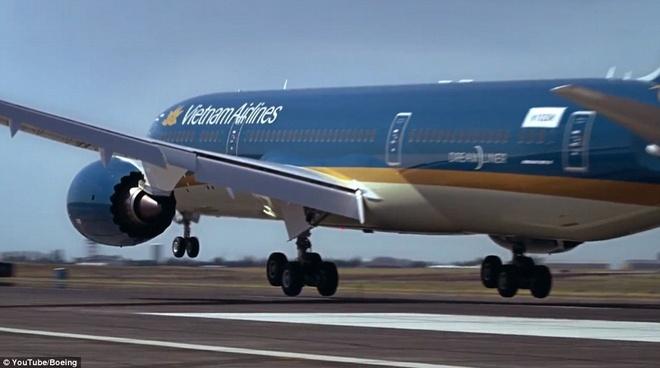 Man trinh dien ngoan muc cua may bay Viet Nam len bao Anh hinh anh 3 Boeing 787-9 là phiên bản mới nhất trong dòng máy bay Boeing 787 tiết kiệm nhiên liệu của hãng. Boeing 787-9 có thể bay xa hơn, vận chuyển nhiều hành khách và hàng hóa hơn so với các phiên bản 787 trước đó.
