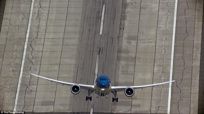Man trinh dien ngoan muc cua may bay Viet Nam len bao Anh hinh anh 4 Theo Daily Mail, hiện 30 khách hàng đã đặt mua 509 chiếc Boeing. Triển lãm ở Paris là sự kiện quy mô nhất trong ngành hàng không.