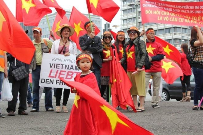 Nhan dien chien luoc 'dao hoa' cua Trung Quoc hinh anh 2 Hàng nghìn người Việt cùng bạn bè quốc tế tuần hành ở thủ đô Berlin của Đức hôm 14/6 phản đối Trung Quốc chiếm đóng và bồi đắp đảo trái phép ở Biển Đông. Ảnh: Tuổi Trẻ