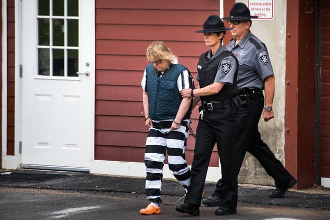 Toan canh 'con ac mong' vuot nguc gay chan dong nuoc My hinh anh 6 Ngày 12/6: Cảnh sát bắt Joyce Mitchell (51 tuổi) vì liên quan đến sự việc. Mitchell là nhân viên tại xưởng may trong nhà tù, nơi Matt và Sweat làm việc. Theo nhà điều tra, Mitchell khai rằng cô và Matt có quan hệ tình cảm với nhau. Ảnh: NYT