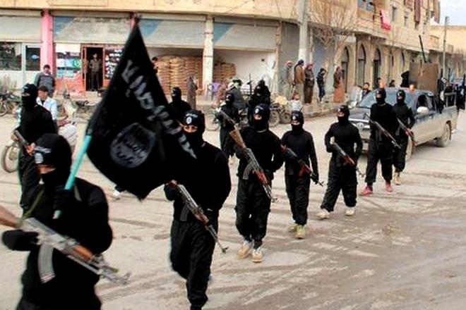 """Cuối tháng 6/2014, sau khi tách khỏi al-Qaeda, lực lượng """"Nhà nước Hồi giáo Iraq và Cận đông"""" (ISIS) tuyên bố thành lập triều đại, lấy tên gọi """"Nhà nước Hồi giáo"""" (IS) trên phần lãnh thổ chiếm đóng ở Iraq và Syria. Trước đó, phiến quân đã gây ra nhiều tội ác như thảm sát những binh sỹ bại trận, âm mưu tận diệt bộ tộc thiểu số Yazidi (Iraq). Ảnh: NYPost"""