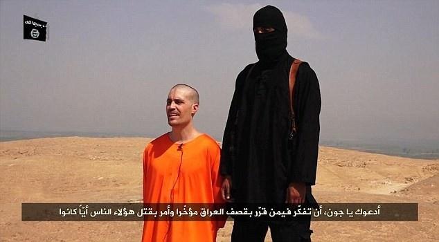 """Đao phủ của IS, """"Jihadi John"""", chặt đầu nhà báo Mỹ James Foley vào ngày 19/8/2014.  Tuy nhiên, IS chỉ gây chấn động thế giới sau khi lần lượt hành quyết các con tin nước ngoài như James Foley, Steven Sotloft (Mỹ), David Haines, Alan Henning (Anh). IS tỏ ra là một nhóm khủng bố chuyên nghiệp và """"máu lạnh"""" hơn những tổ chức cực đoan trước đó. Chúng quay video các cảnh chặt đầu con tin như một biện pháp khủng bố tinh thần người thân và chính phủ các nước liên quan. Ảnh: Daily Mail"""