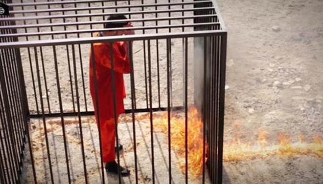 Tháng 2/2015, IS tiếp tục thể hiện mức độ tàn bạo mới khi hành quyết con tin Moaz al-Kasasbeh, phi công người Jordan, bằng biện pháp thiêu sống. Sự việc khiến chính phủ Jordan phẫn nộ và tiến hành không kích tiêu diệt các mục tiêu IS. Ảnh: Daily Mail