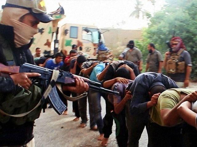 Theo Liên Hợp Quốc, IS còn phạm tội thảm sát hàng loạt những binh sĩ bại trận. Các tay súng IS từng đăng hình ảnh xử tử hàng loạt binh sĩ người Shiite trên mạng xã hội vào tháng 6/2014. Những người sống sót kể lại rằng, IS thẩm vấn gốc gác của mỗi nạn nhân trước khi giết họ. Đầu tháng 4, chính quyền Iraq tìm thấy 12 ngôi mộ chôn thi thể của 1.700 người có thể là nạn nhân của các IS. Ảnh: Breibat