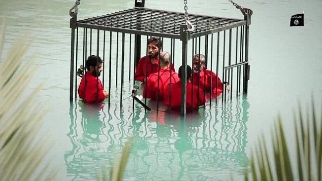 Những tháng gần đây, IS thường tiến hành xử tử những đối tượng mà phiến quân cáo buộc là gián điệp của chính phủ nước ngoài. Mức độ tàn bạo trong các hình phạt của IS không ngừng thay đổi. Gần đây nhất, vào ngày 23/6, IS hành quyết 5 phạm nhân bằng cách nhốt họ trong lồng sắt và dìm xuống một hồ bơi ở thành phố Mosul, Iraq, cho đến khi chết đuối.
