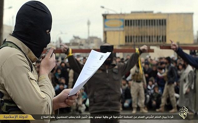 Chiến binh IS chặt tay kẻ trộm giữa phố tại Syria vào tháng 3. Ở những thành phố mà IS chiếm đóng (như Mosul ở Iraq và Raqqa ở Syria), phiến quân áp dụng luật Hồi giáo Sharia hà khắc để cai trị người dân.