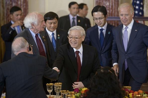 Viet - My va su can bang giua cac nuoc lon hinh anh 3 Tổng Bí thư Nguyễn Phú Trọng gặp gỡ các quan chức Mỹ tại tiệu chiêu đãi ở Bộ Ngoại giao Mỹ. Ảnh: AFP