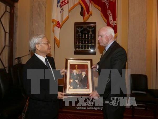 Tong Bi thu Nguyen Phu Trong gap Thuong Nghi si John McCain hinh anh