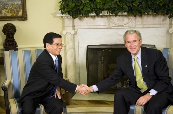 Quan he Viet - My buoc vao ky nguyen moi hinh anh 2 Chủ tịch nước Nguyễn Minh Triết bắt tay Tổng thống George Bush trong cuộc hội đàm ở Nhà Trắng ngày 22/7. Ảnh: AFP