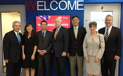 Quan he Viet - My buoc vao ky nguyen moi hinh anh 3 Đoàn Thượng nghị sĩ Mỹ thăm trường Fulbright nhân chuyến thăm Việt Nam hồi cuối tháng 5. Ảnh: FETP
