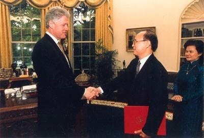 Quan he Viet - My buoc vao ky nguyen moi hinh anh 1 Tổng thống Bill Clinton tiếp Đại sứ đầu tiên của Việt Nam tại Mỹ, ông Lê Văn Bàng, ở Washingon D.C sau khi hai nước bình thường hóa quan hệ. Ảnh:  Đại sứ quán Việt Nam tại Mỹ