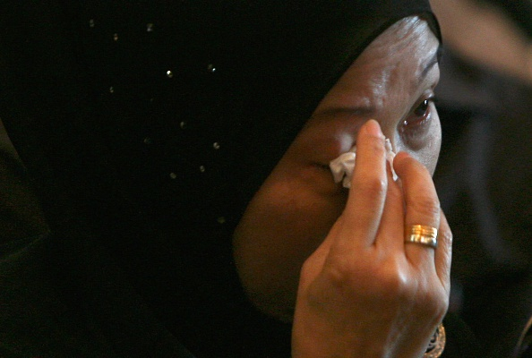 Dan Malaysia roi nuoc mat tuong niem 1 nam tham kich MH17 hinh anh 2 Thân nhân của một hành khách lau nước mắt trong lễ tưởng niệm diễn ra tại thị trấn Sepang, bang Selangor. Ngày 17/7/2014, máy bay chở 298 người bay từ Hà Lan đến Malaysia bị rơi ở miền đông Ukraine.