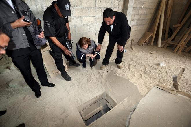 Ke hoach dao ham vuot nguc tinh vi cua trum ma tuy Mexico hinh anh 1 Nhà điều tra khám xét đường hầm mà trùm ma túy có biệt danh El Chapo đã sử dụng để vượt ngục. Ảnh: AP