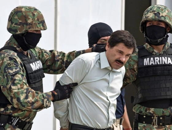 Nguoi vo hoa hau la dau moi bat trum ma tuy Mexico? hinh anh 3 Cảnh sát Mexico bắt ông trùm ma túy Guzman vào tháng 2/2014. Trong cuộc điều tra vụ vượt ngục lần 2 của Guzman, họ tin rằng cô vợ sẽ trở thành đầu mối quan trọng. Ảnh: AP