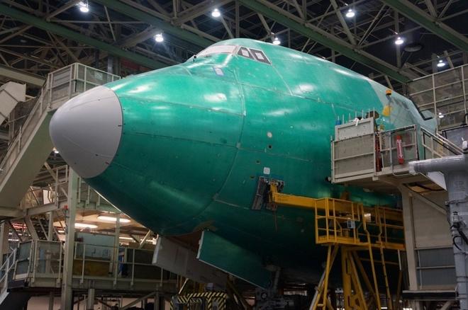 Ben trong xuong san xuat Boeing 747 huyen thoai hinh anh