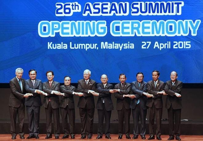 Dau an Viet Nam sau 20 nam gia nhap ASEAN hinh anh 1 Lãnh đạo các nước ASEAN dự hội nghị cấp cao lần 26 ở Malaysia vào tháng 4/2015. Ảnh: GMA
