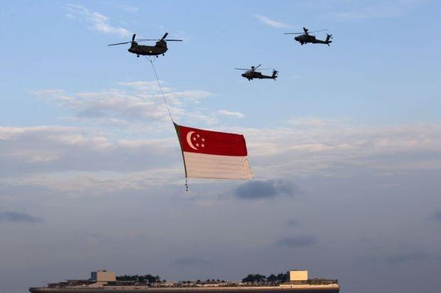 Anh bao lu o chau A an tuong nhat tuan qua (2/8 - 9/8) hinh anh 6 Không quân Singapore kéo căng quốc kỳ của nước này nhân dịp kỷ niệm 50 năm quốc khách Singapore vào ngày 9/9. Ảnh: EPA