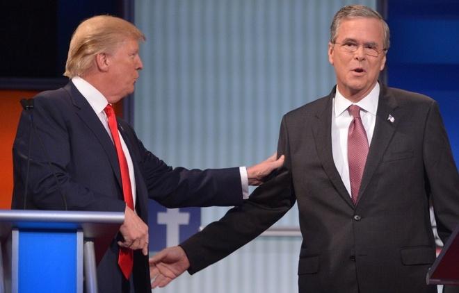 Anh bao lu o chau A an tuong nhat tuan qua (2/8 - 9/8) hinh anh 8 Tỷ phú Donald Trumb và Jeb Bush, cựu thống đốc bang Florida, tại phiên tranh luận đầu tiên của các ứng viên đảng Cộng hòa trong cuộc đua vào Nhà Trắng ngày 6/8. Ảnh: CNN