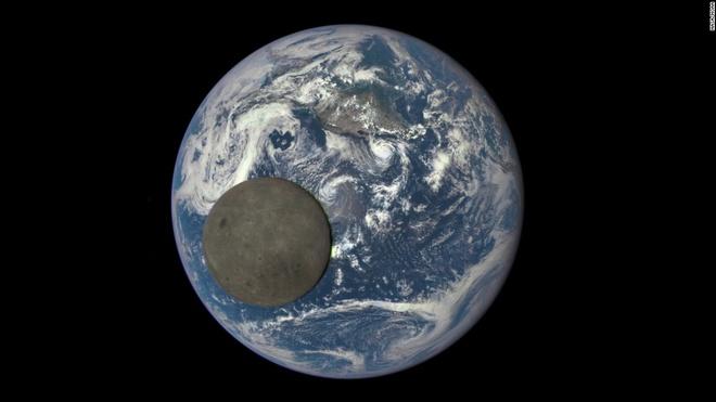 Anh bao lu o chau A an tuong nhat tuan qua (2/8 - 9/8) hinh anh 9 Phần tối của mặt trăng (tức vùng thuộc mặt trăng không thể quan sát từ trái đất) qua bức ảnh do vệ tinh của NASA chụp lại ngày 5/8. Ảnh: CNN
