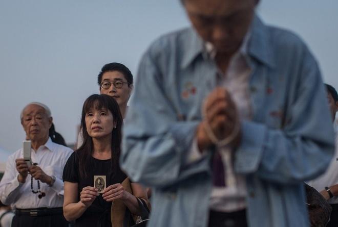 Anh bao lu o chau A an tuong nhat tuan qua (2/8 - 9/8) hinh anh 7 Người dân Nhật Bản cầu nguyện tại đài tưởng niệm nạn nhân thiệt mạng trong vụ Mỹ thả bom nguyên tử xuống thành phố Hiroshima cách đây 70 năm. Ảnh: CNN