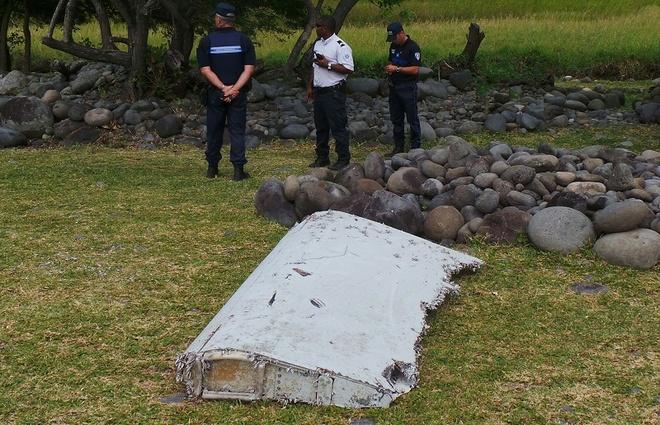 MH370 da noi mot luc truoc khi chim xuong An Do Duong? hinh anh 1 Phần cánh ít hư hại của MH370 cho thấy máy bay có thể chìm xuống biển trong tình trạng gần như nguyên vẹn. Ảnh: Reuters