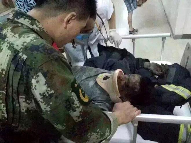 Một lính cứu hỏa bị chấn thương nặng khi đưa tới bệnh viện. Ảnh: Mashable