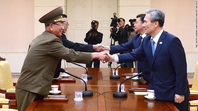 Chien thuat 'ben mieng ho chien tranh' cua Trieu Tien hinh anh 1 Quan chức Hàn Quốc và Triều Tiên tại cuộc đàm phán cuối tuần qua. Ảnh: Reuters