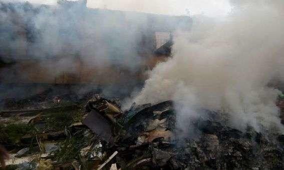 Roi may bay quan su o Nigeria, 7 nguoi chet hinh anh 1 Hiện trường chiếc máy bay quân sự của Nigeria bị rơi - Ảnh: Information Nigeria