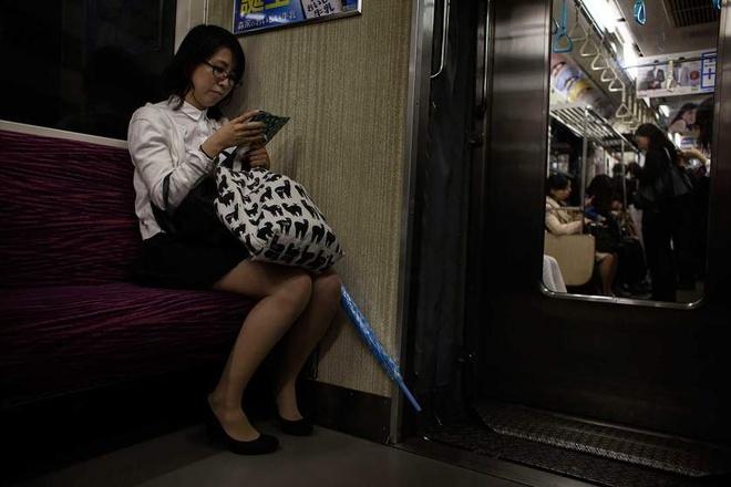 Trao luu hen ho ban gai trong game cua thanh nien Nhat hinh anh 8 Trong khi đó, cô Hitomi chỉ trò chuyện với tình nhân trong game mỗi khi đi xe điện đến chỗ làm hoặc về nhà.