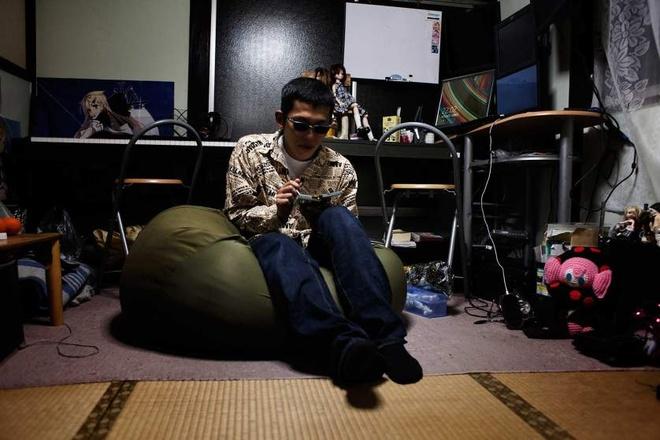 Trao luu hen ho ban gai trong game cua thanh nien Nhat hinh anh 3 Anh ta thuê một căn phòng trong ngôi nhà gần chỗ làm. Vì mưu sinh, anh buộc phải rời quê hương để làm ăn xa. Do sống một mình nên trò chơi hẹn hò ảo và nhân vật Manaka trở thành