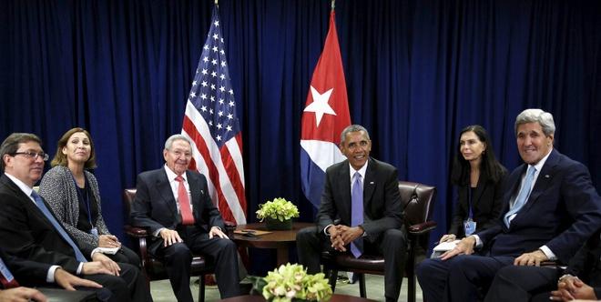 Ong Obama hop song phuong voi Chu tich Cuba Raul Castro hinh anh 1 Quang cảnh buổi hội đàm giữa Chủ tịch Cuba và Tổng thống Mỹ. Hai phiên dịch viên ngồi cạnh các lãnh đạo, tiếp đến là Ngoại trưởng hai nước. Ảnh: Reuters