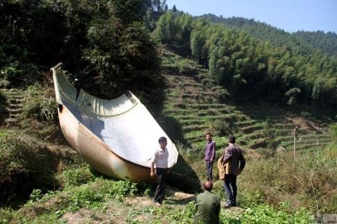 Manh ten lua suyt roi trung nha dan o Trung Quoc hinh anh 1 Mảnh kim loại được cho là bộ phận tên lửa rơi xuống gần một ngôi làng ở Trung Quốc. Ảnh: SCMP