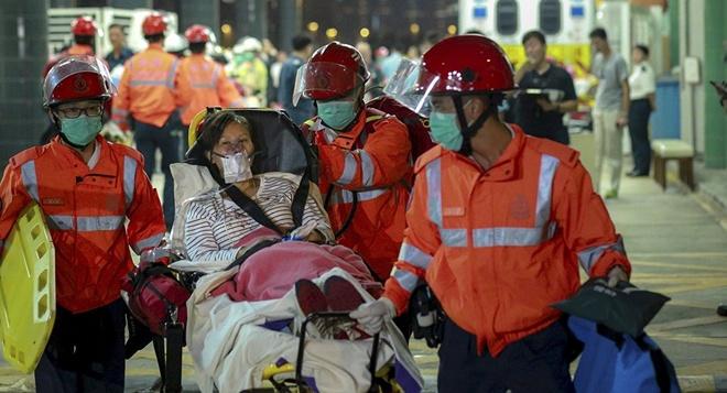 Hong Kong: Tau cao toc dam vat the la, 121 nguoi bi thuong hinh anh