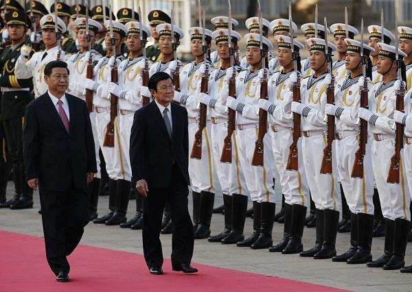 Nhung chuyen tham cap cao Viet - Trung gan day hinh anh 5 Chủ tịch nước Trương Tấn Sang duyệt đội danh dự cùng Chủ tịch Tập Cận Bình tại Đại lễ đường Nhân dân. Ảnh: AFP