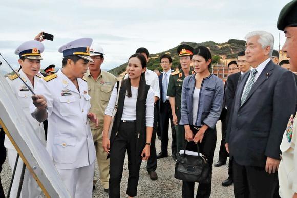 Nhat Ban muon tap tran chung voi Viet Nam hinh anh 2 Bộ trưởng Gen Nakatani thăm quân cảng Cam Ranh, Khánh Hòa. Ảnh: Kyodo
