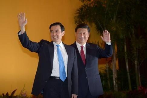 Người đứng đầu Đài Loan Mã Anh Cửu và Chủ tịch Trung Quốc Tập Cận Bình vẫy tay chào các nhà báo trước khi bắt đầu cuộc gặp. Ảnh: SCMP