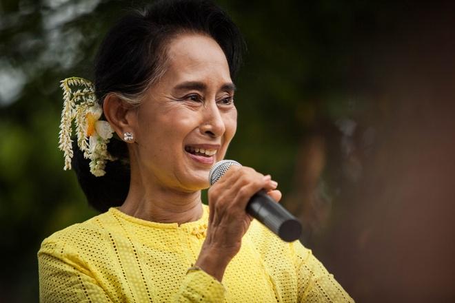 Phát biểu hồi ngày 10/11, bà Aung San Suu Kyi tự tin đảng sẽ giành được 75% phiếu bầu. Tỷ lệ đủ để tiến hành sửa đổi hiến pháp, từ đó có thể điều chỉnh các quy định để bà trở thành tổng thống. Ảnh: AFP