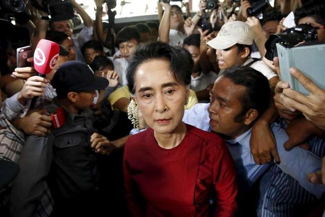 Bà Aung San Suu Kyi đến địa điểm bỏ phiếu hồi cuối tuần qua trong vòng vây của người dân hâm mộ  Ảnh: AFP