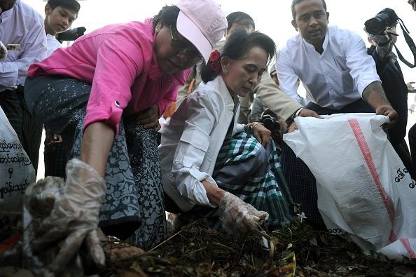 Ba Aung San Suu Kyi di nhat rac tren duong pho Myanmar hinh anh